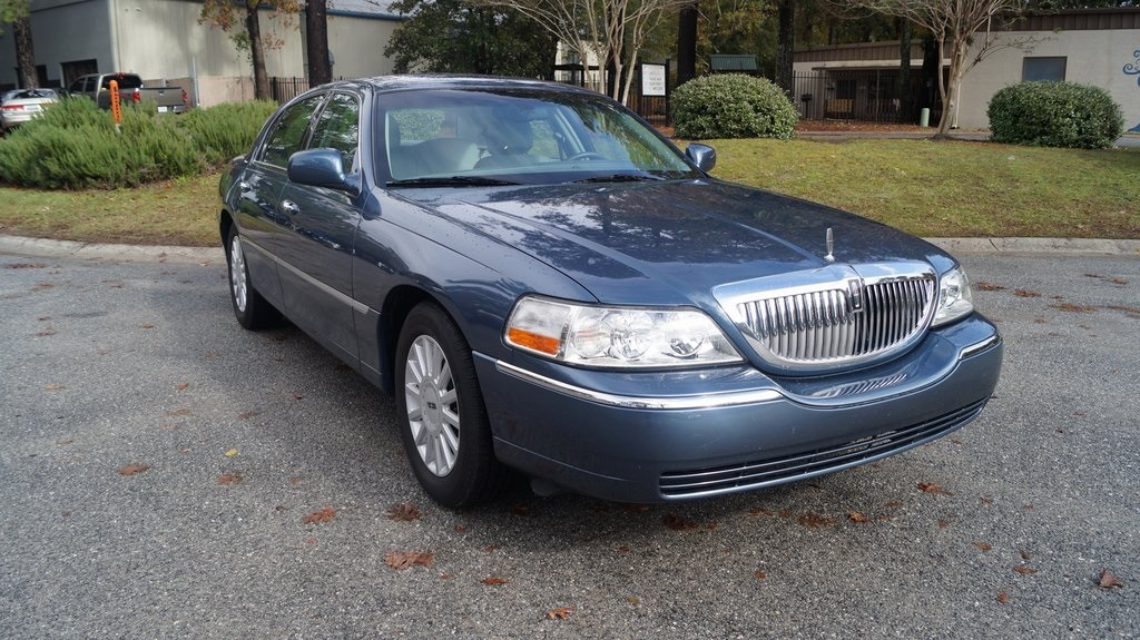 Pre Owned 2005 Lincoln Town Car Signature 4d Sedan In Charleston